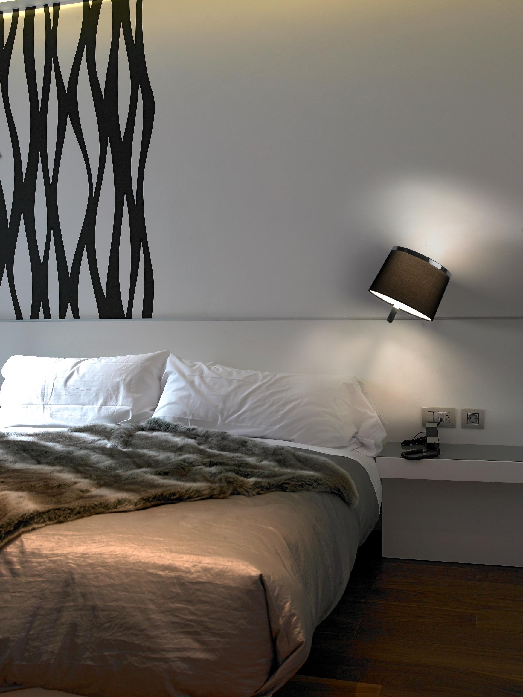 Расстановка мебели в спальне с узором на стене