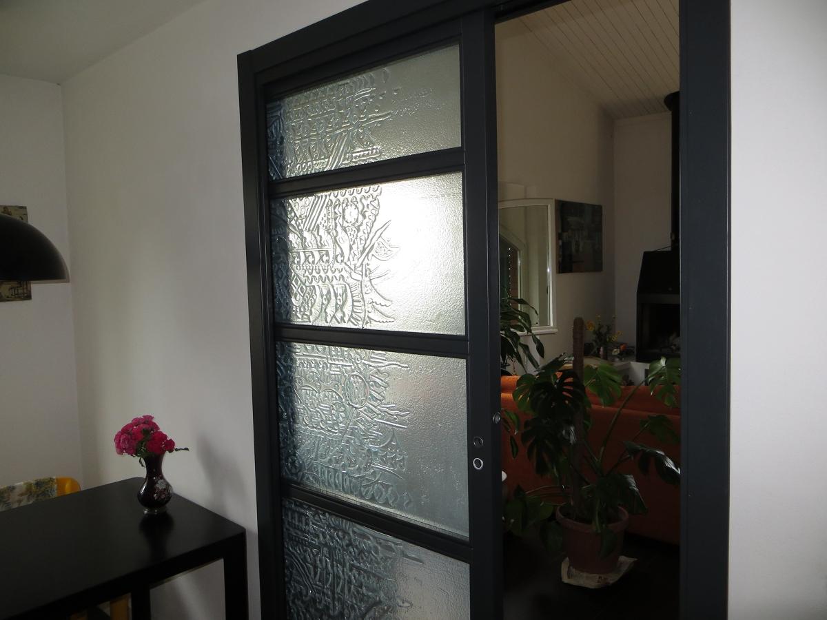 Межкомнатная дверь с узором на стекле