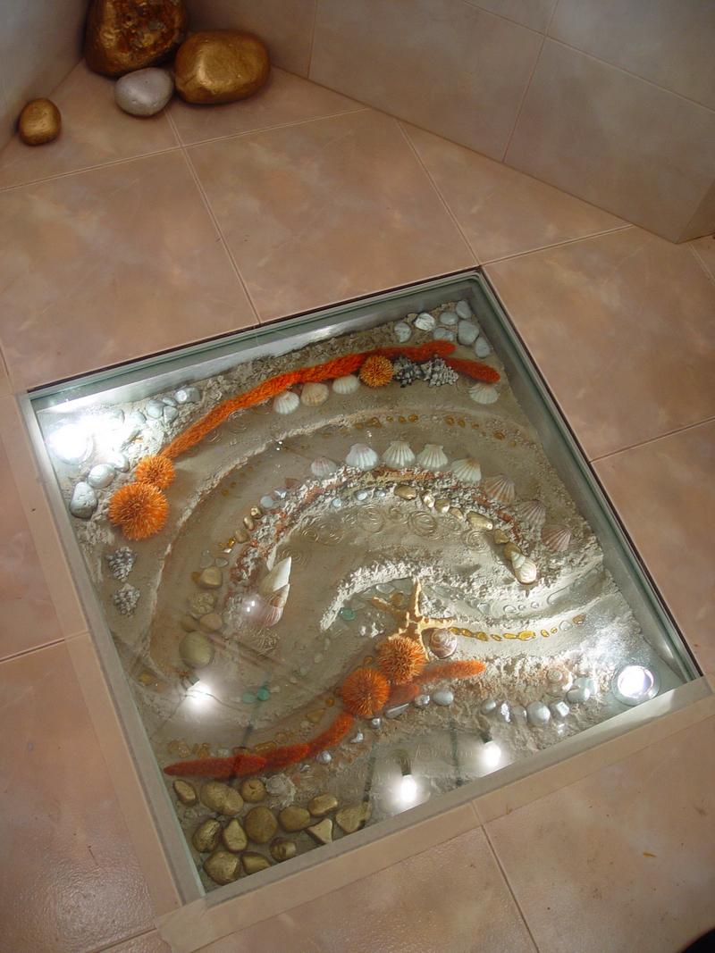 Декоративная вставка из стекла в полу в ванной