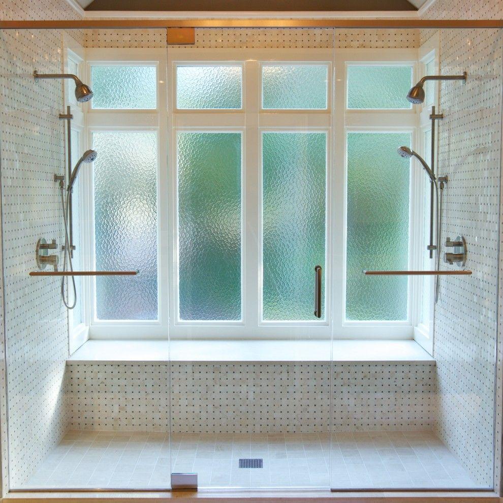 Окно в ванной с подсветкой