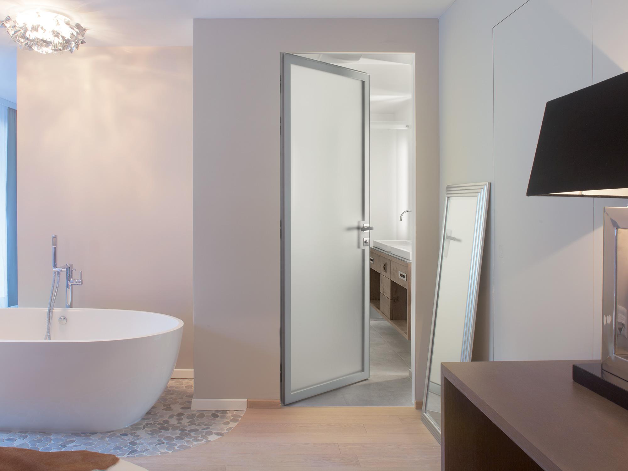 Межкомнатная дверь со стеклом в ванной