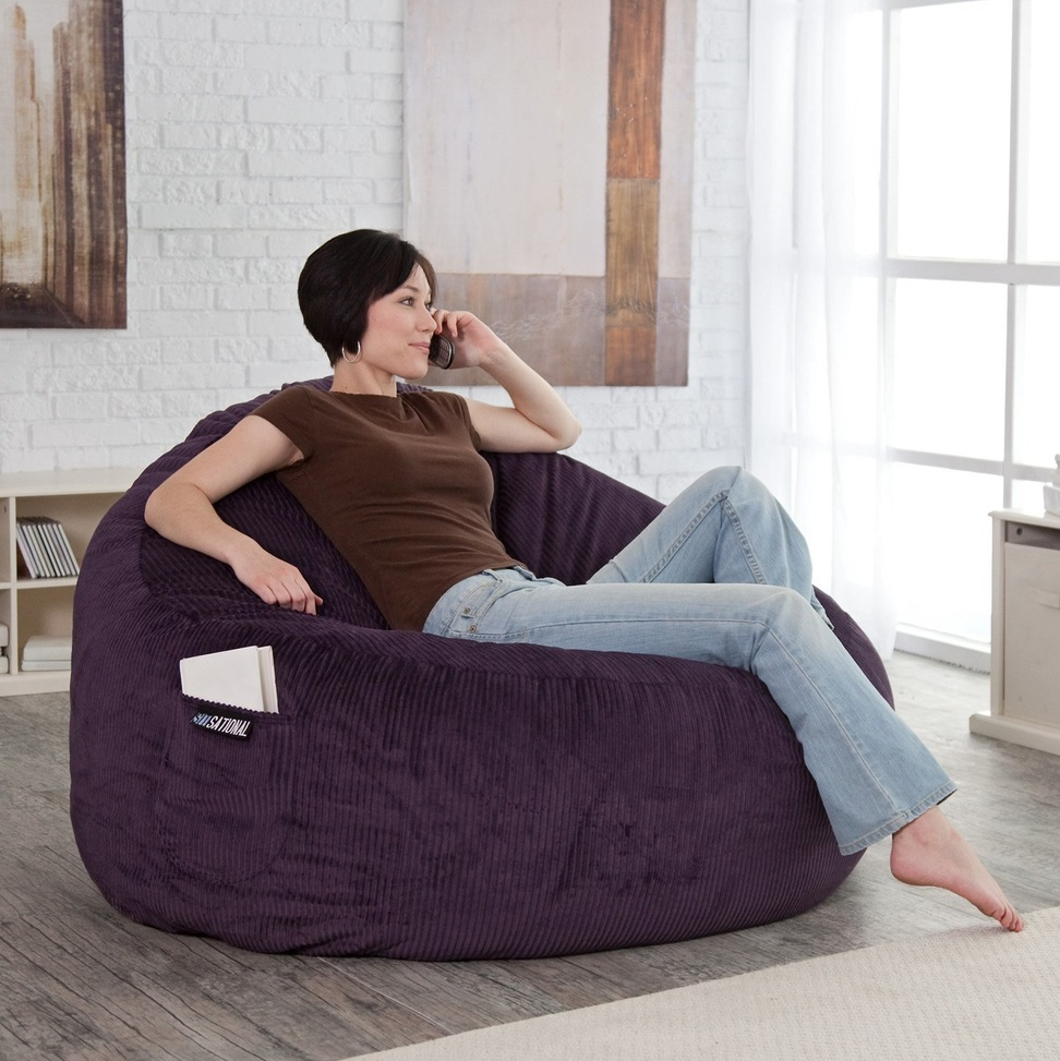 Бескаркасное кресло в вельветовой обивке