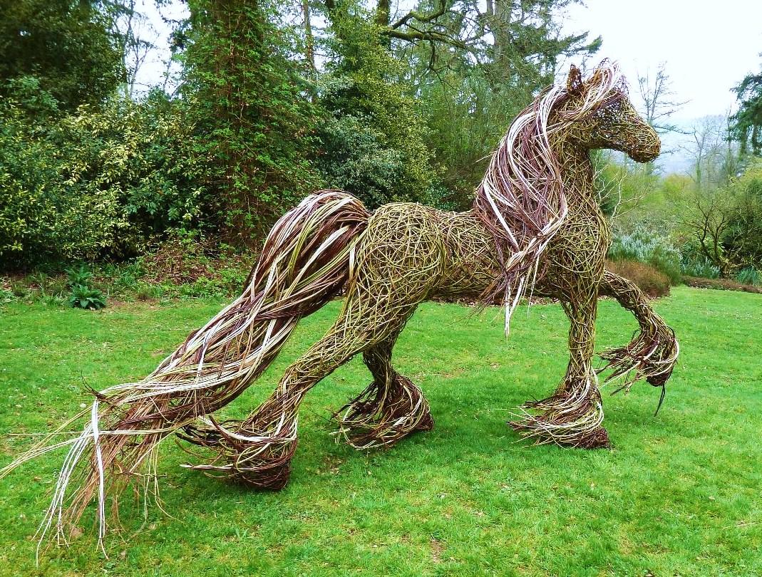 Скульптура из веток для сада