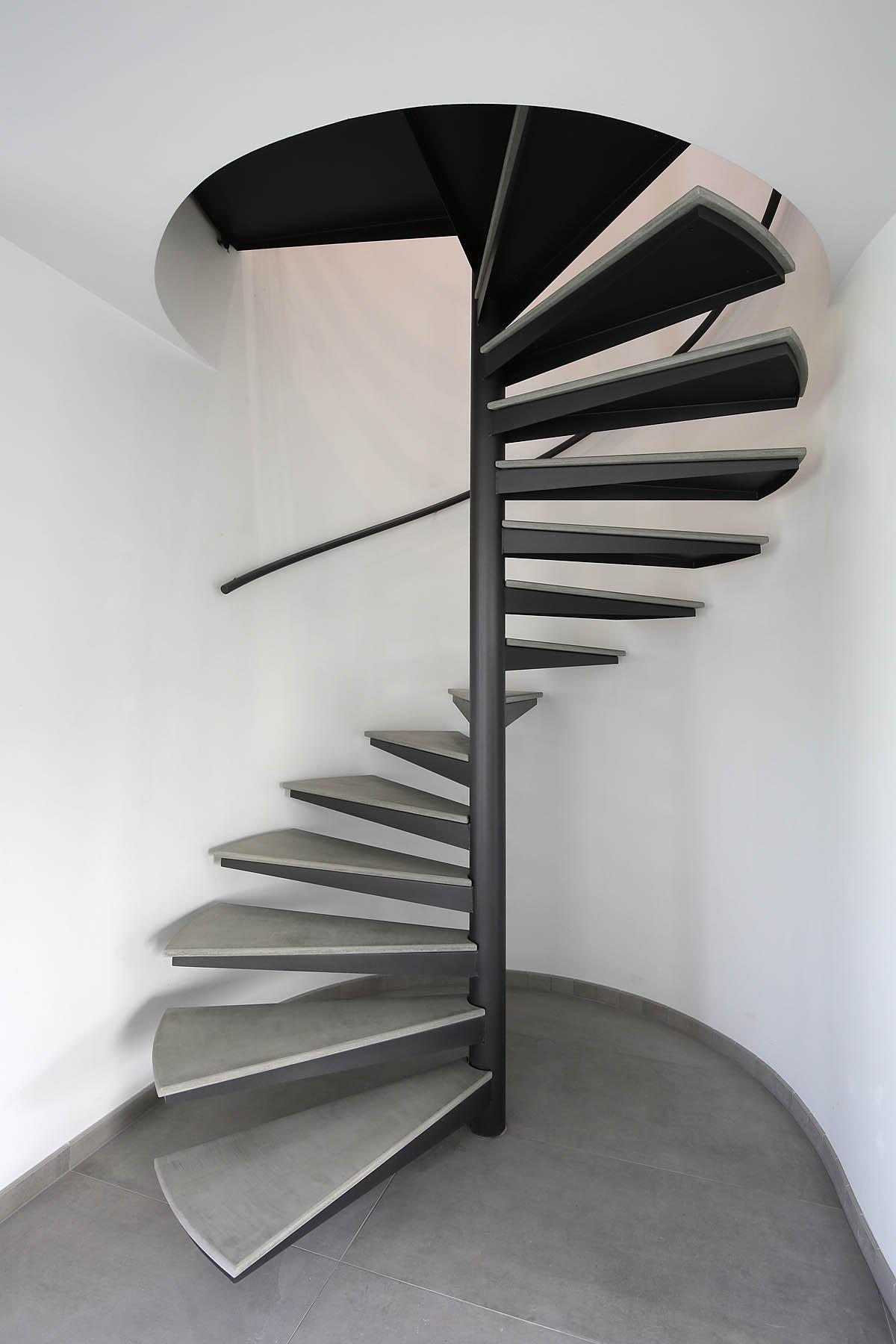Лестница на второй этаж на металлическом каркасе винтовая