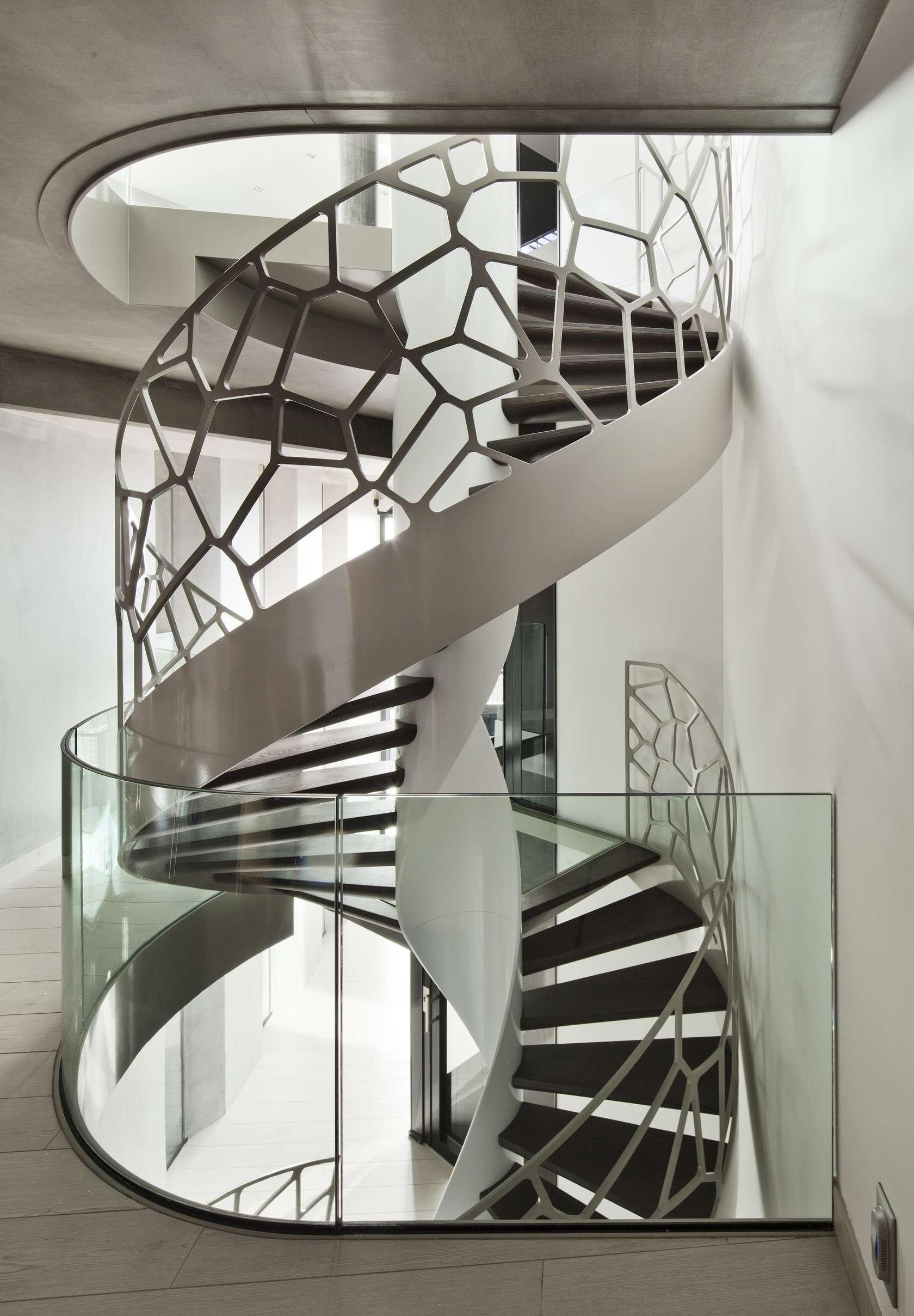 Лестница на второй этаж в доме винтовая