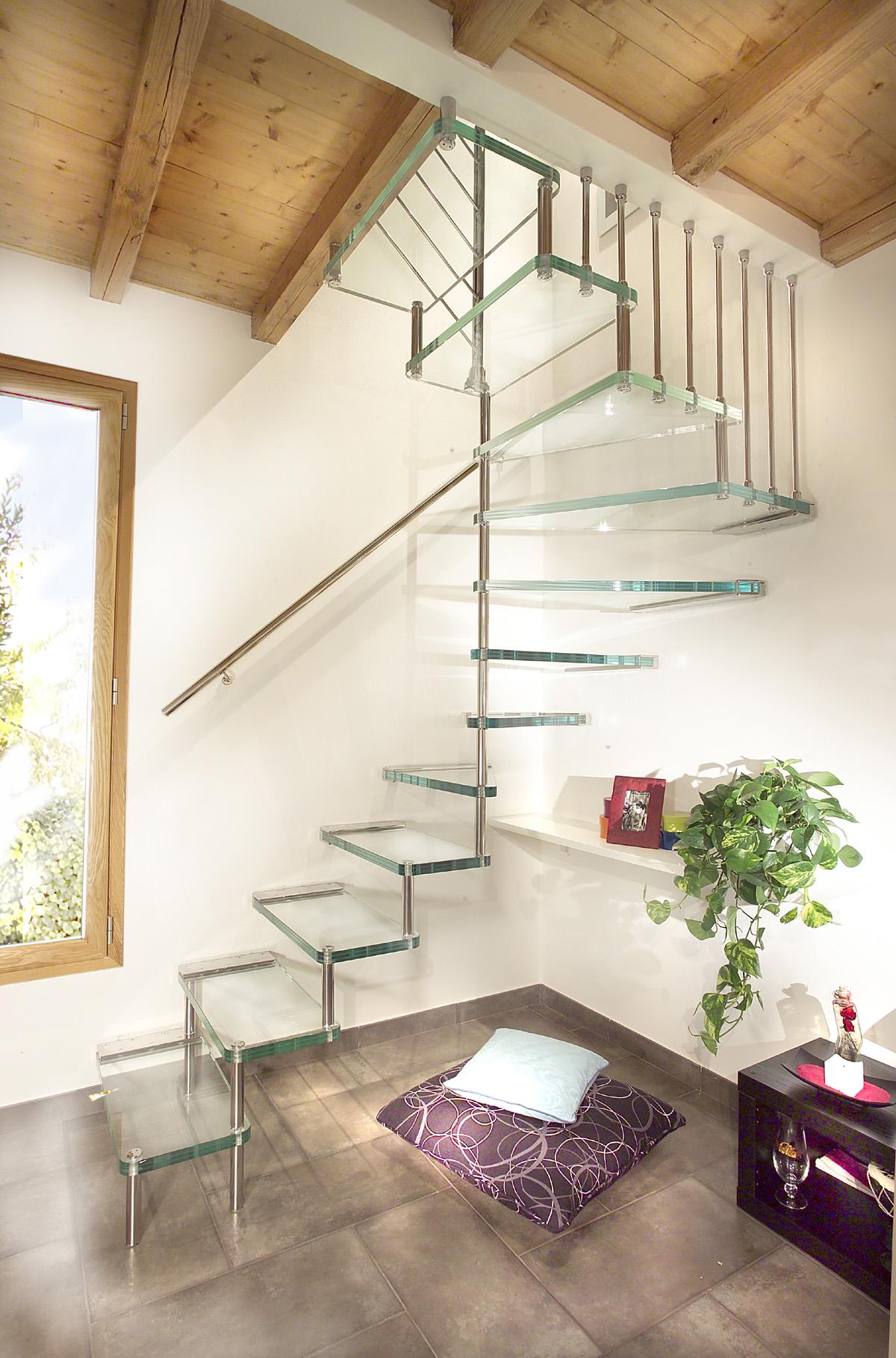 Лестница на больцах в восточном интерьере