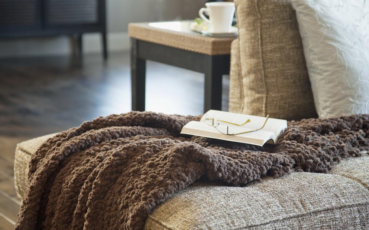 Вязаный плед из меха в интерьере квартиры