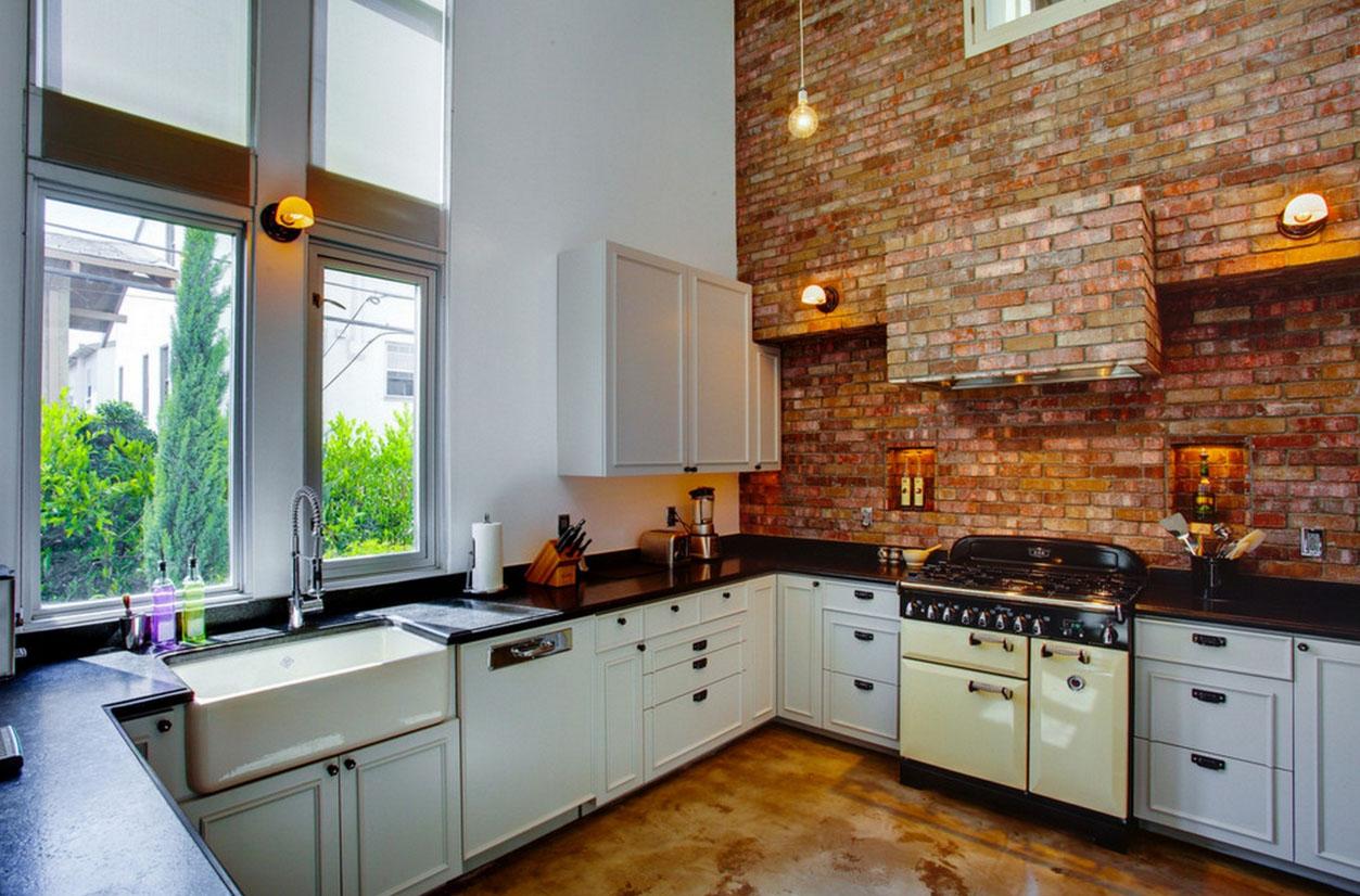 Кирпич на кухне с высокими потолками