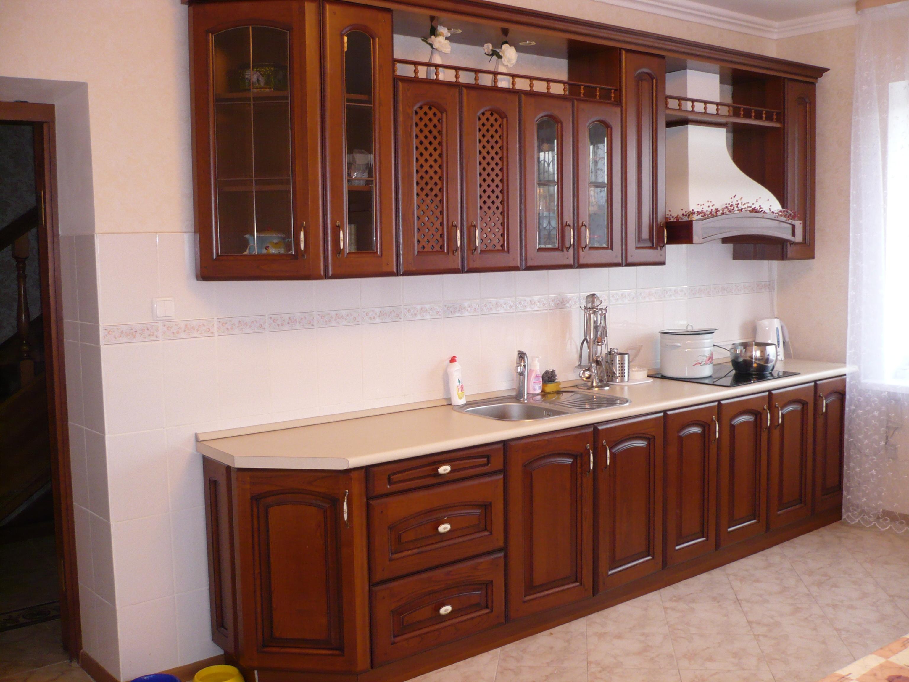 Прямой кухонный гарнитур с вытяжкой