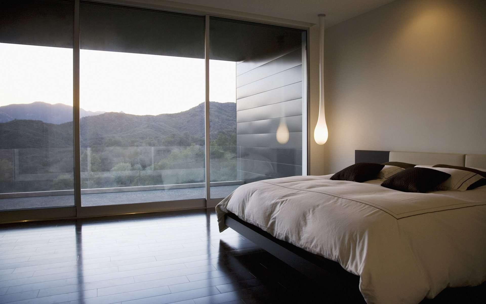 Кровать изголовьем к окну в спальне в японском стиле
