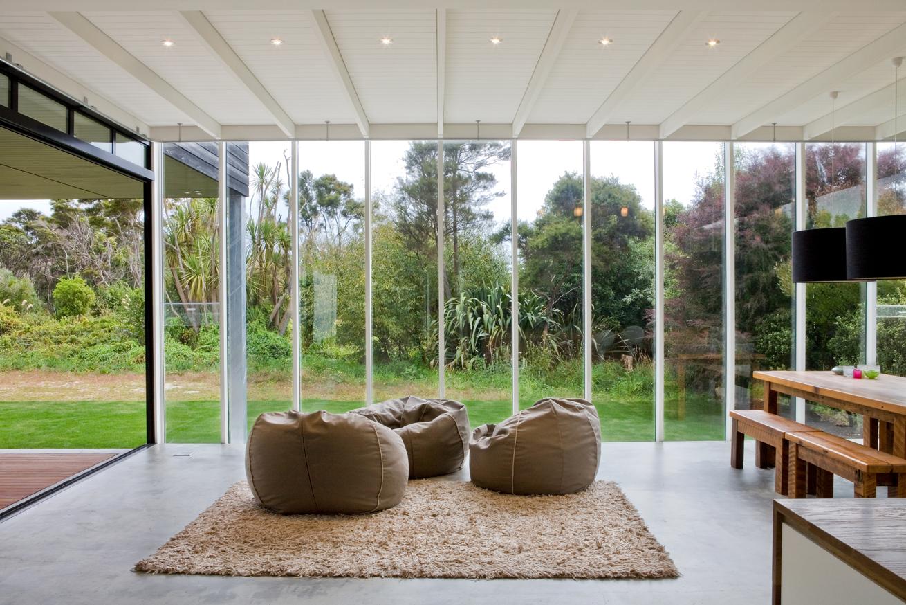 Бескаркасные кресла в интерьере загородного дома