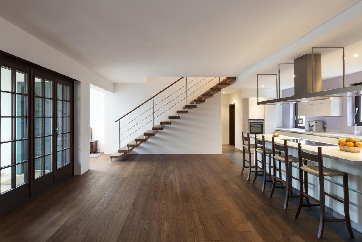 Лестница на металлическом каркасе в загородном доме