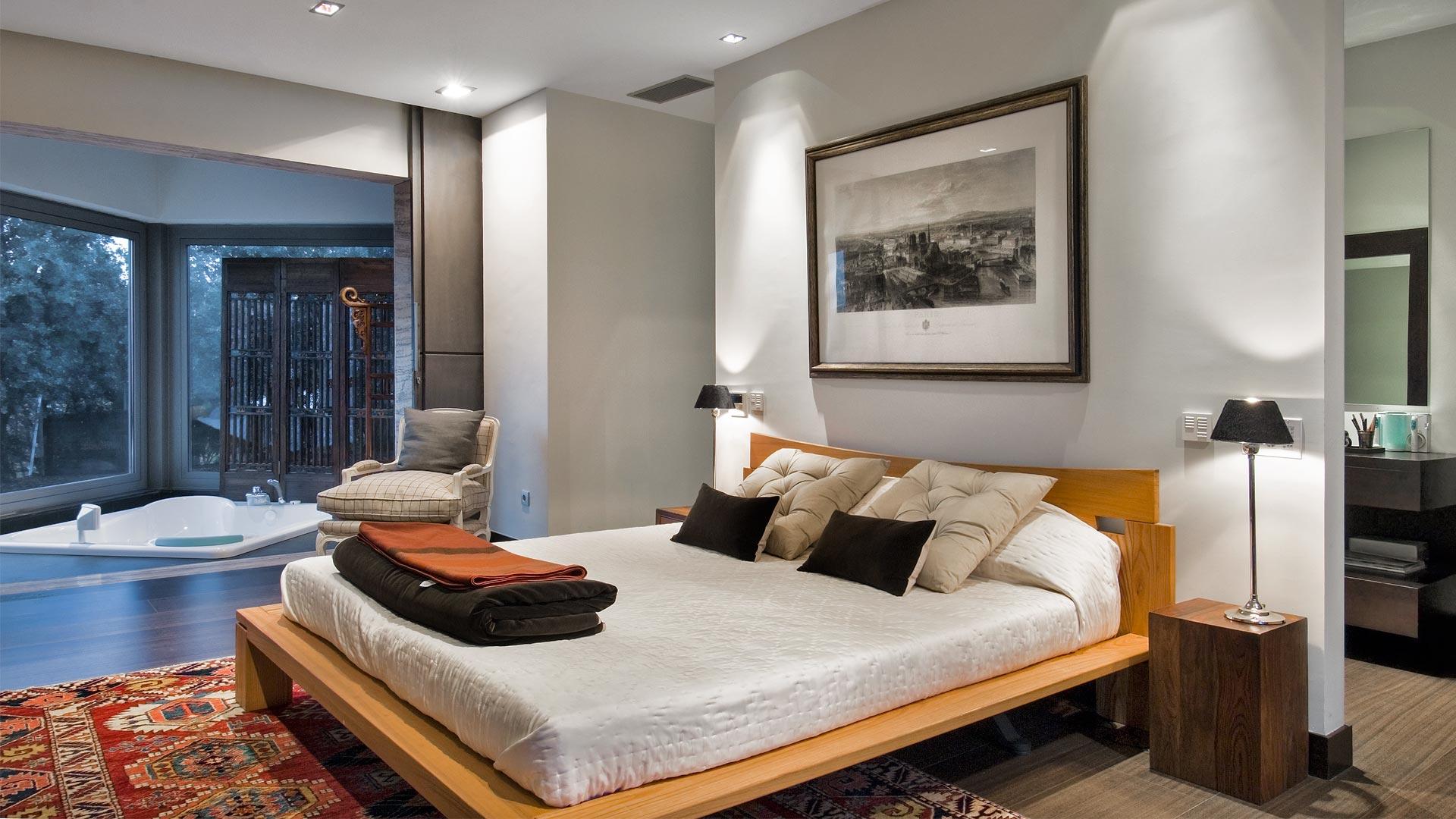 Расстановка мебели в спальне с ванной