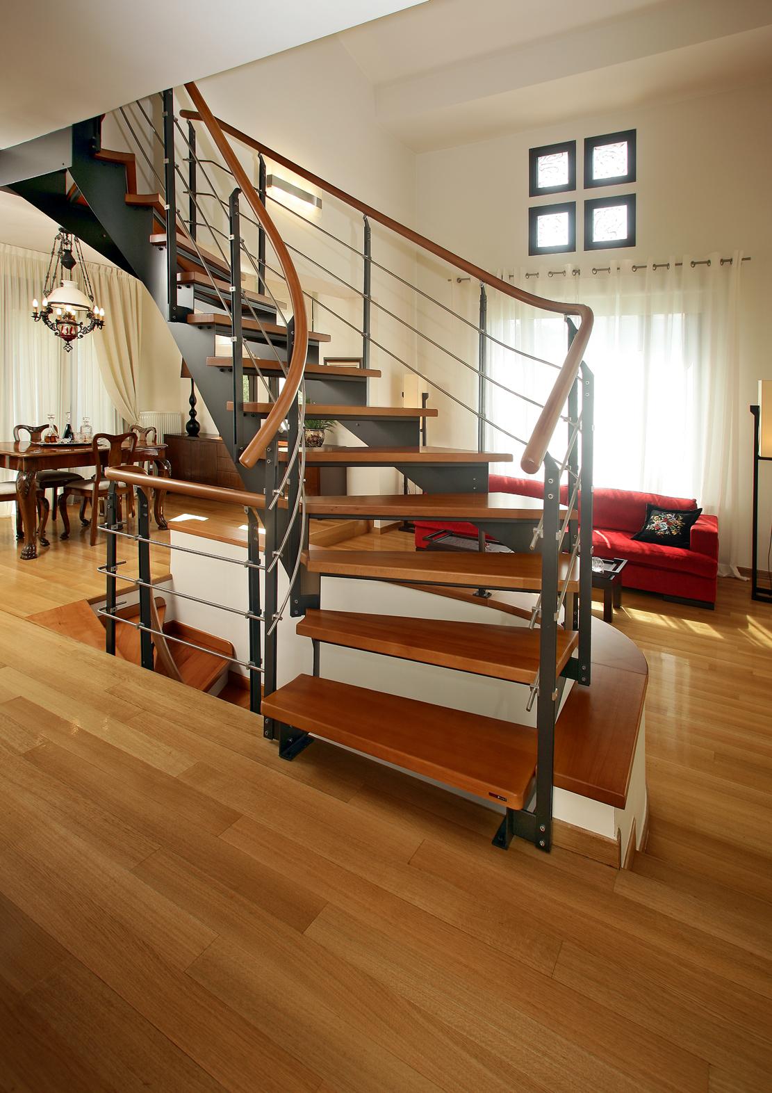 Закругленная лестница на металлическом каркасе