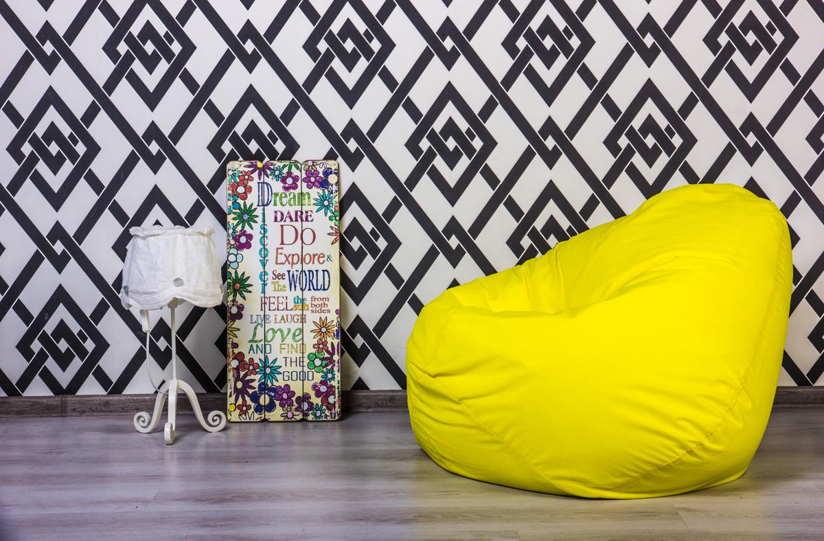 Желтое бескаркасное кресло
