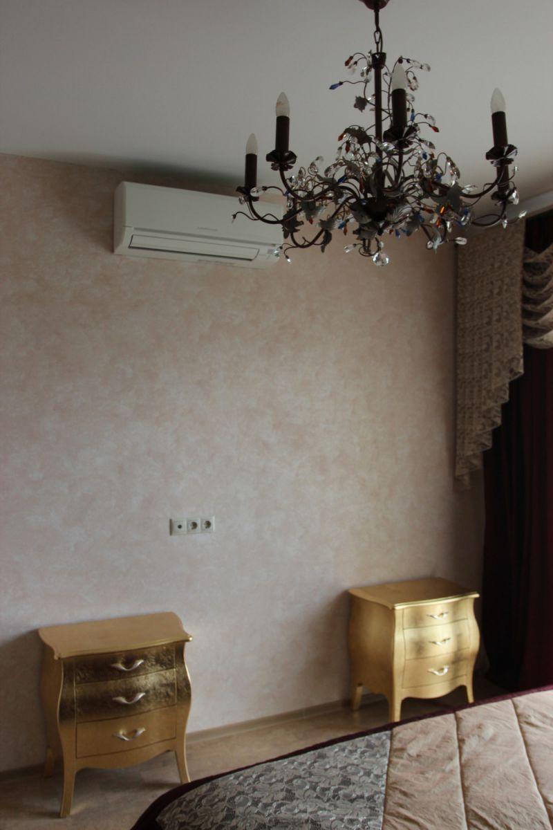 Абстрактный рисунок перламутровой краской на стене
