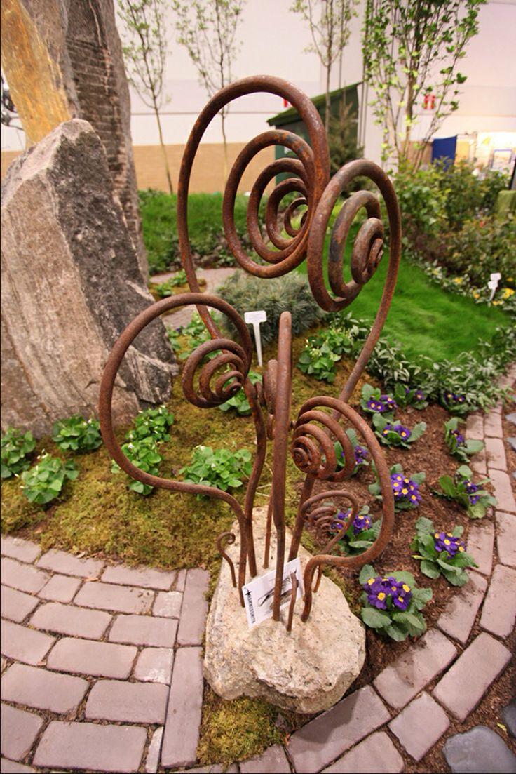 Абстрактный садовый декор из металла