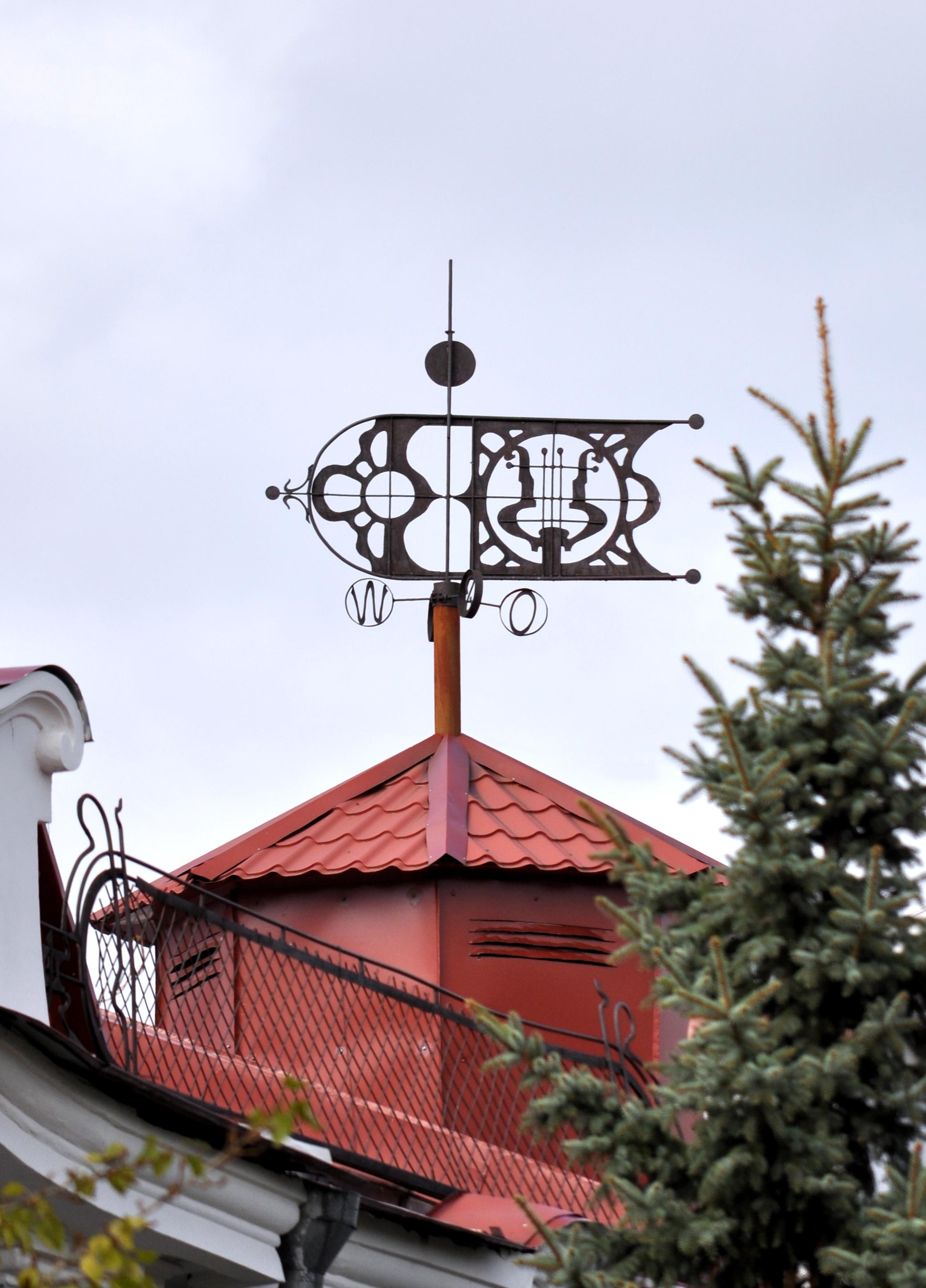 Абстрактный флюгер на крыше