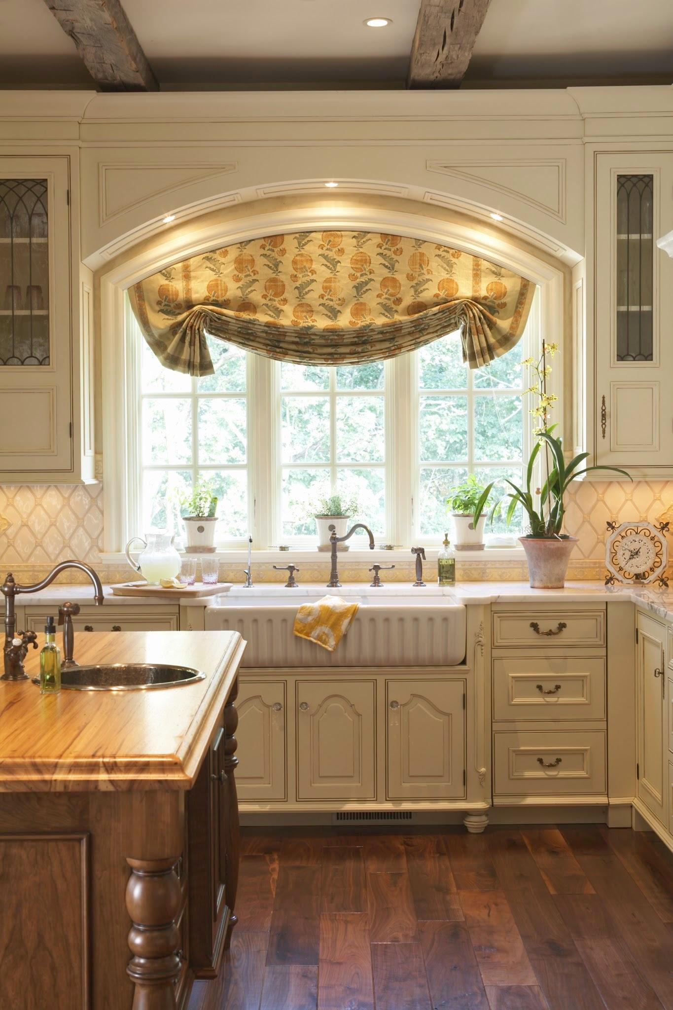 Оформление арочного окна на кухне