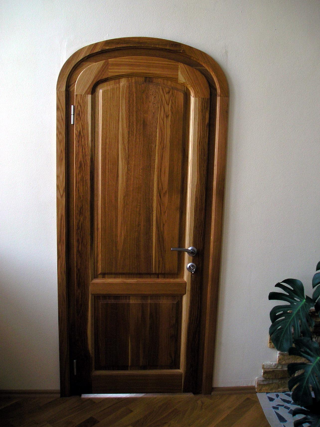 Арочная дверь из массива дерева