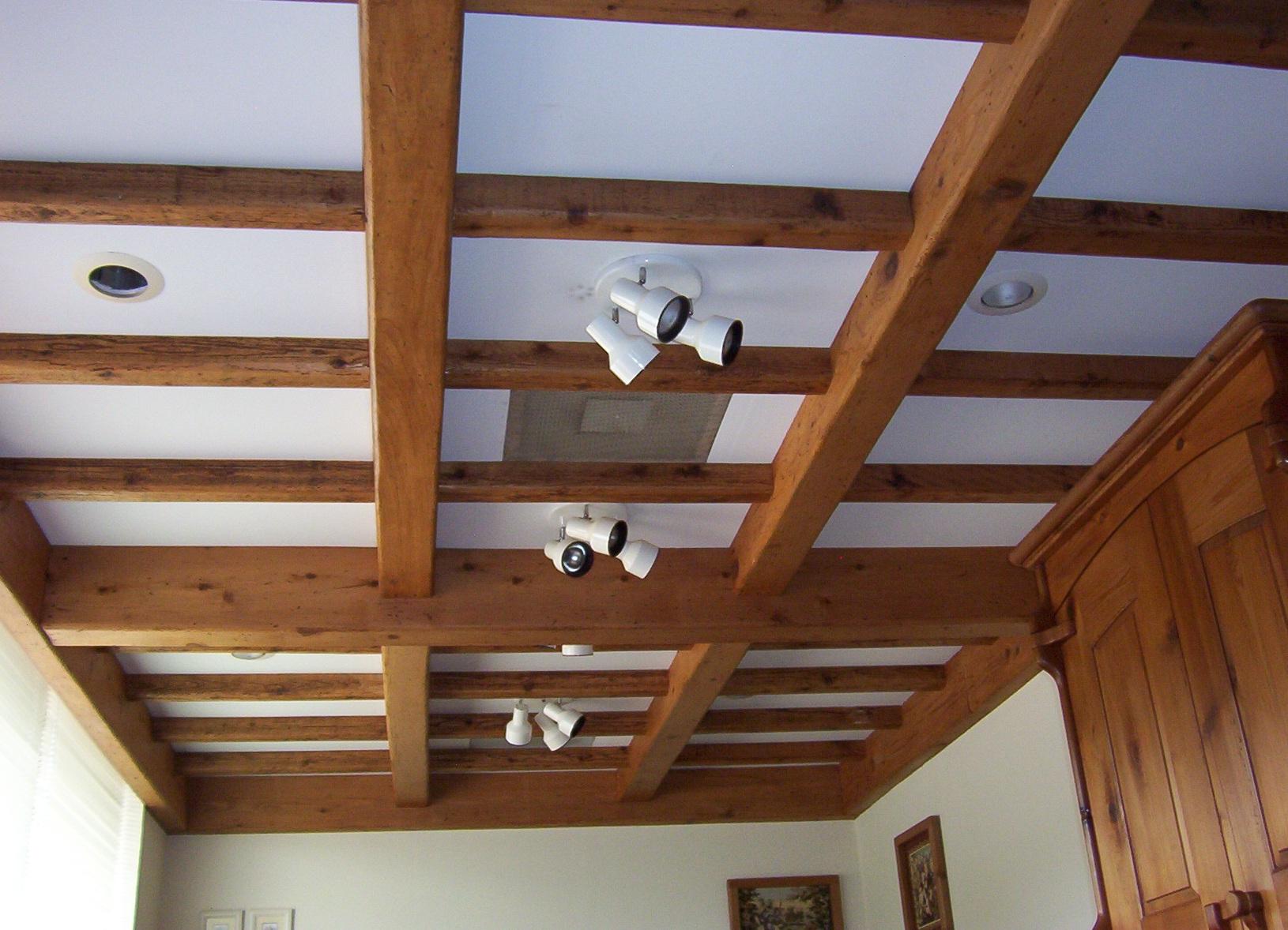 Декор потолка деревянными балками