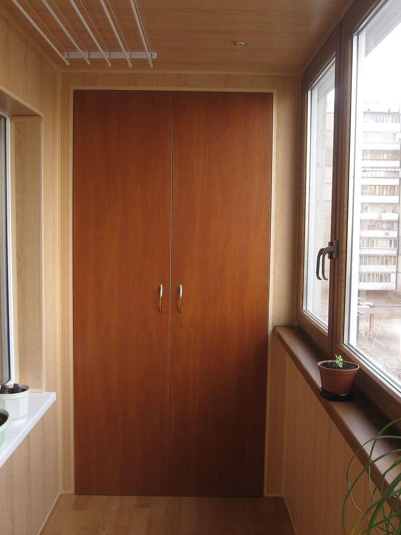 Двери в нишу на балконе