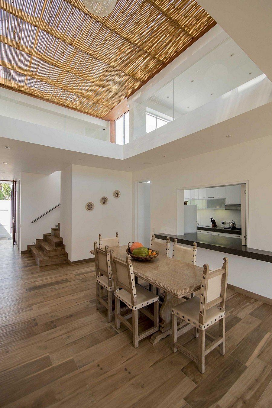Декор потолка бамбуком