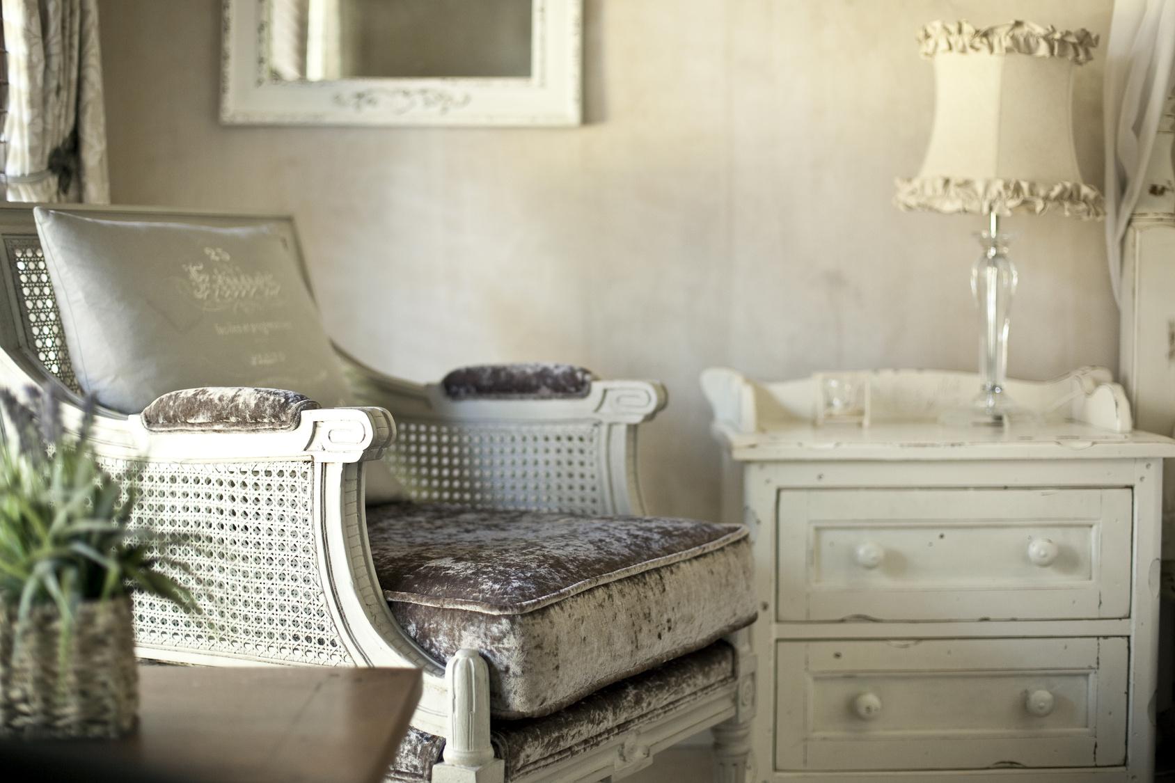 Бархатное кресло в стиле прованс