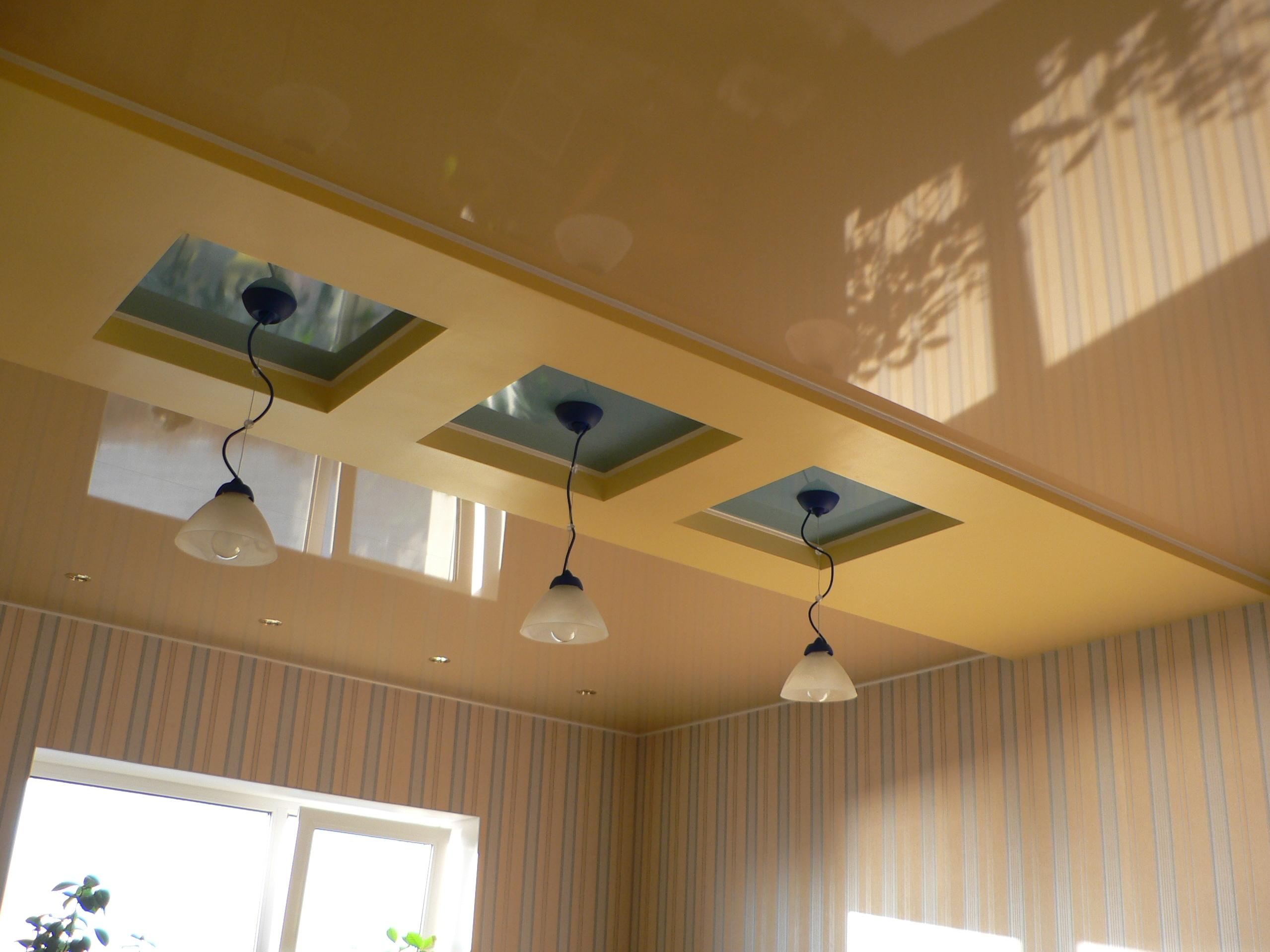 Бежевый комбинированный потолок