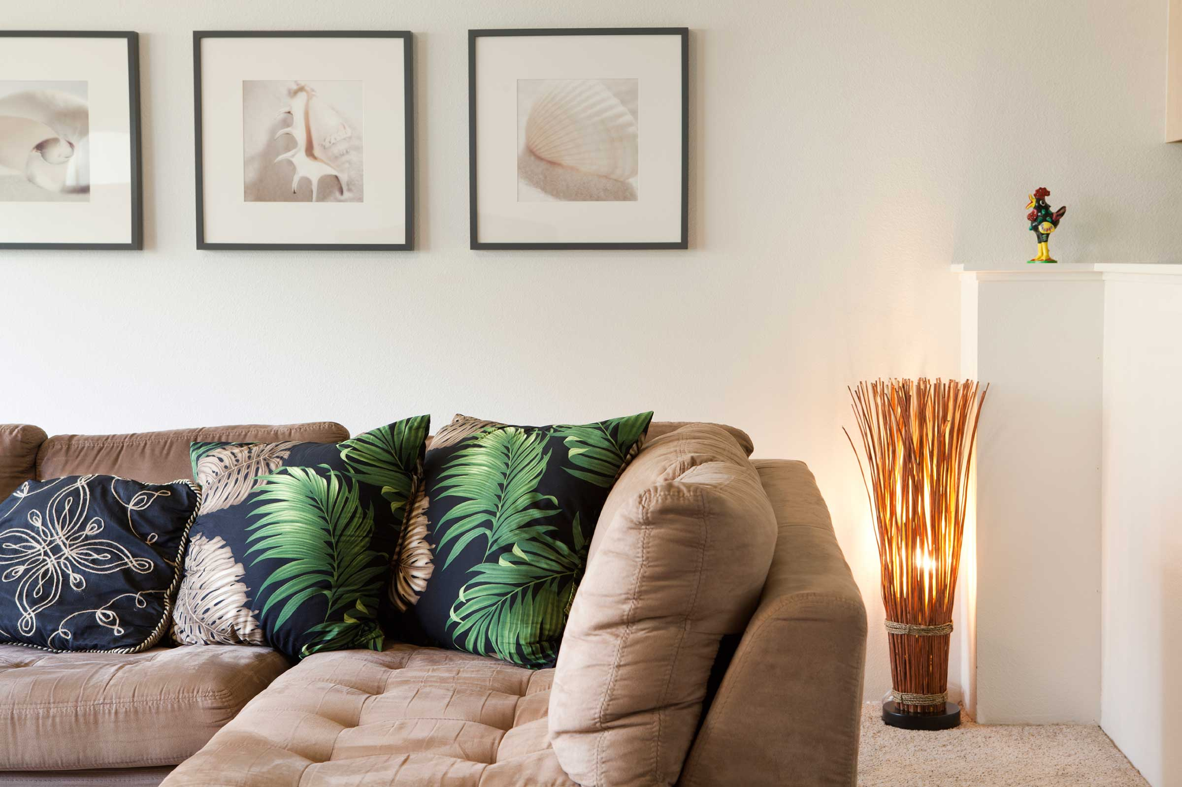 Тканевый бежевый диван