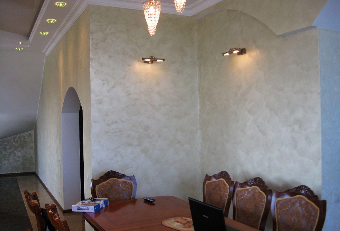 Бежевая перламутровая краска на стене