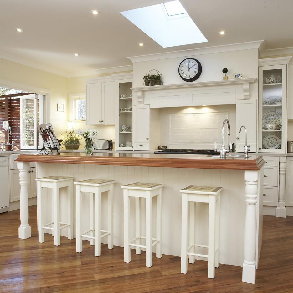 Белые табуреты на кухне