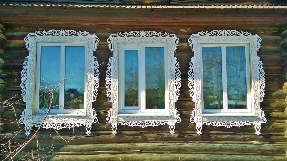 Белые резные окна