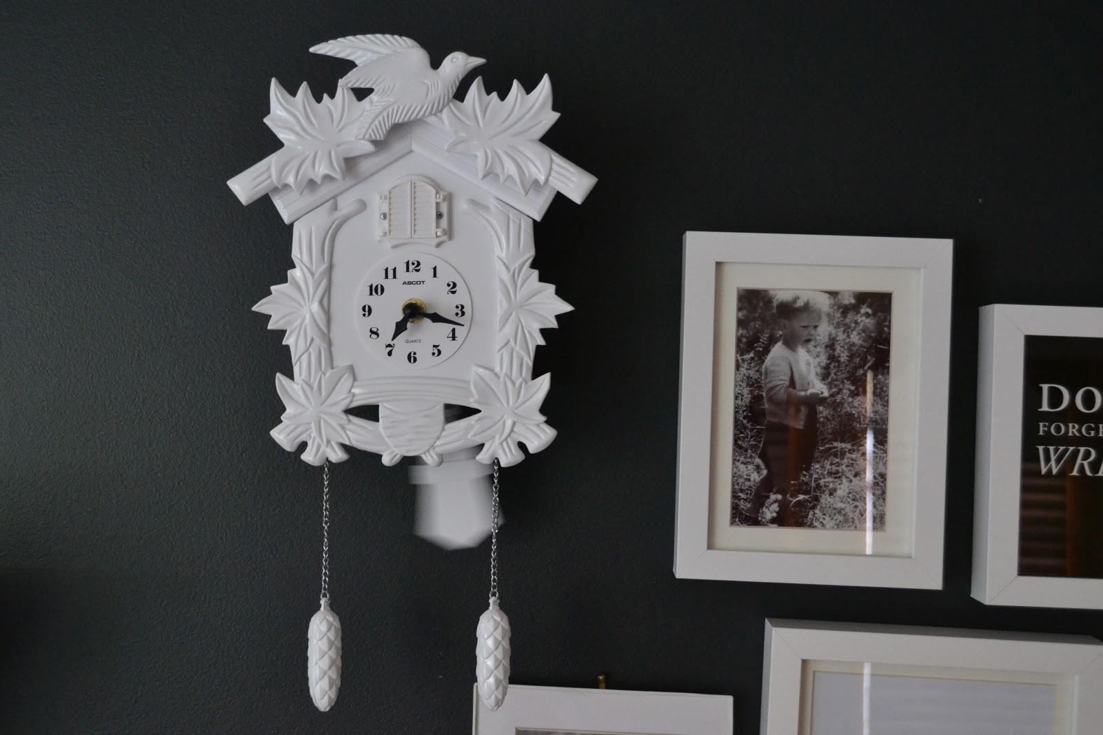 Белые часы с кукушкой