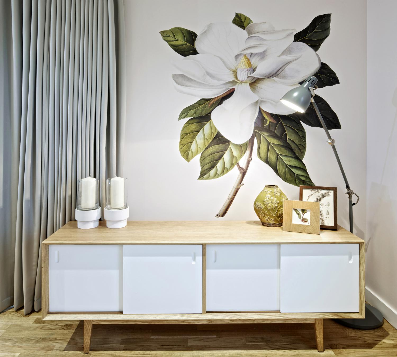 Рисунок белого цветка на стене