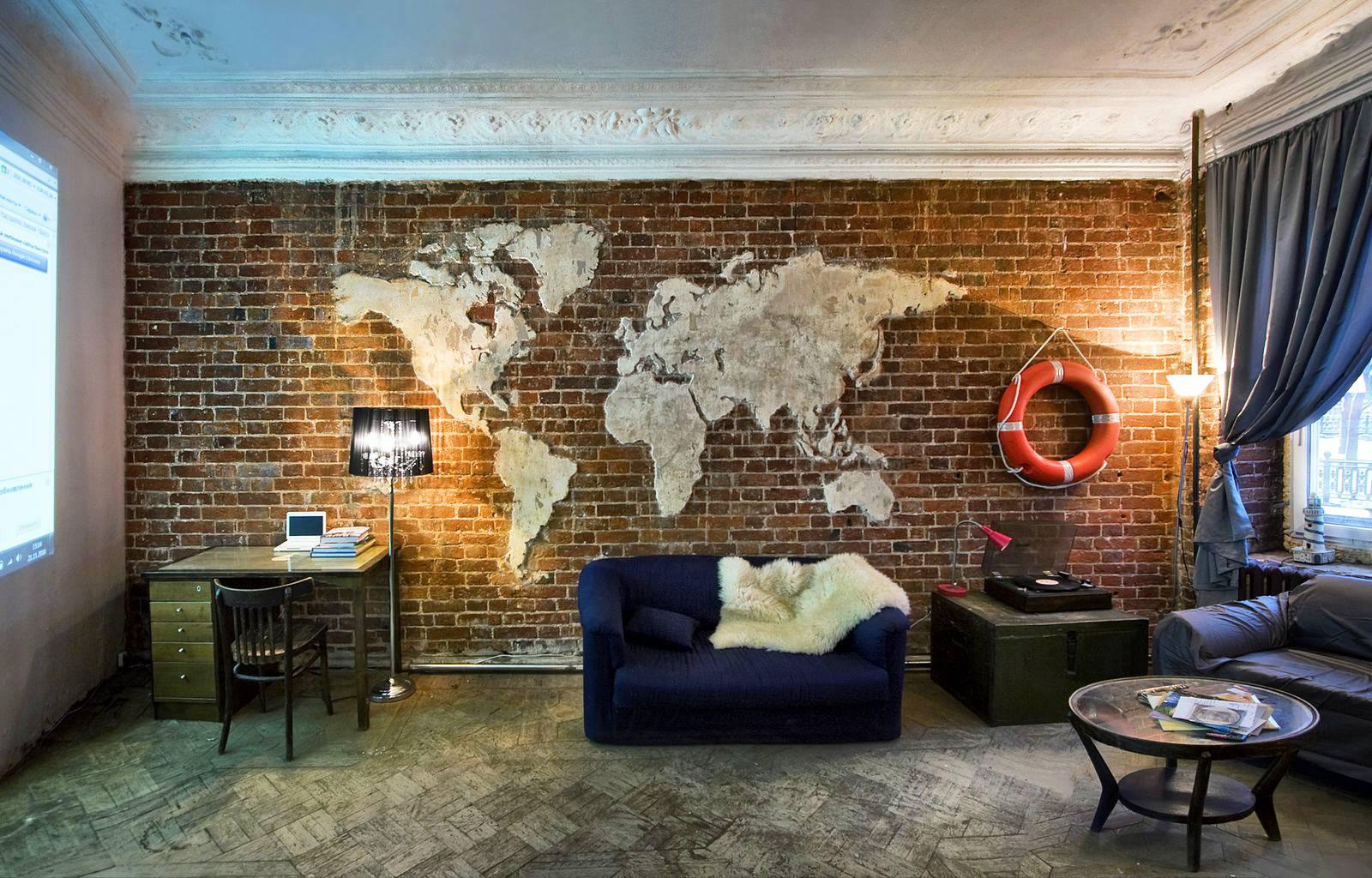 Карта мира из бетона в интерьере квартиры