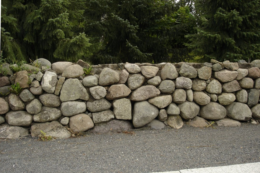 Бетонный забор с камнем