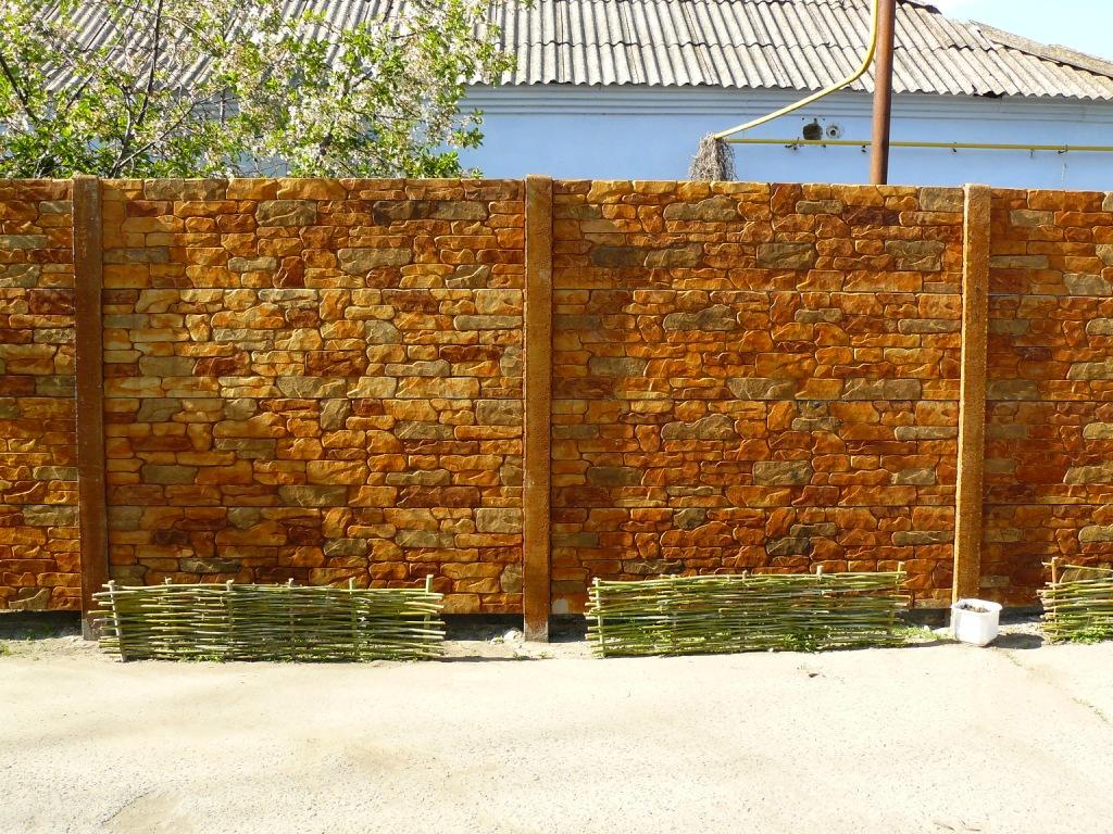 Забор с каменными блоками