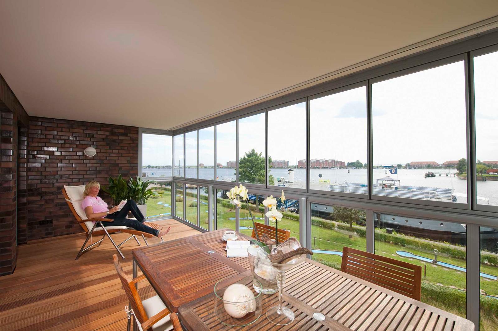 Большой балкон с панорамными окнами