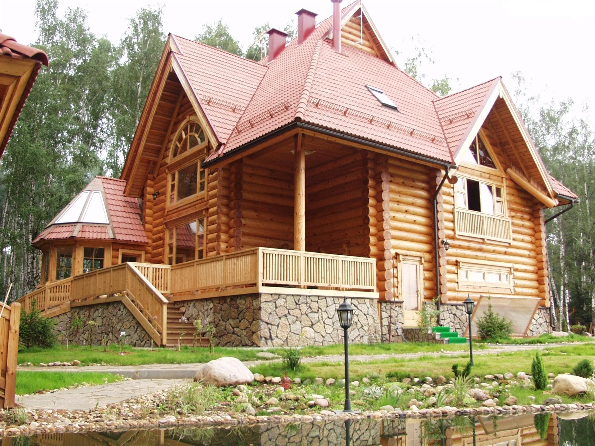 Вальмовая крыша бревенчатого дома