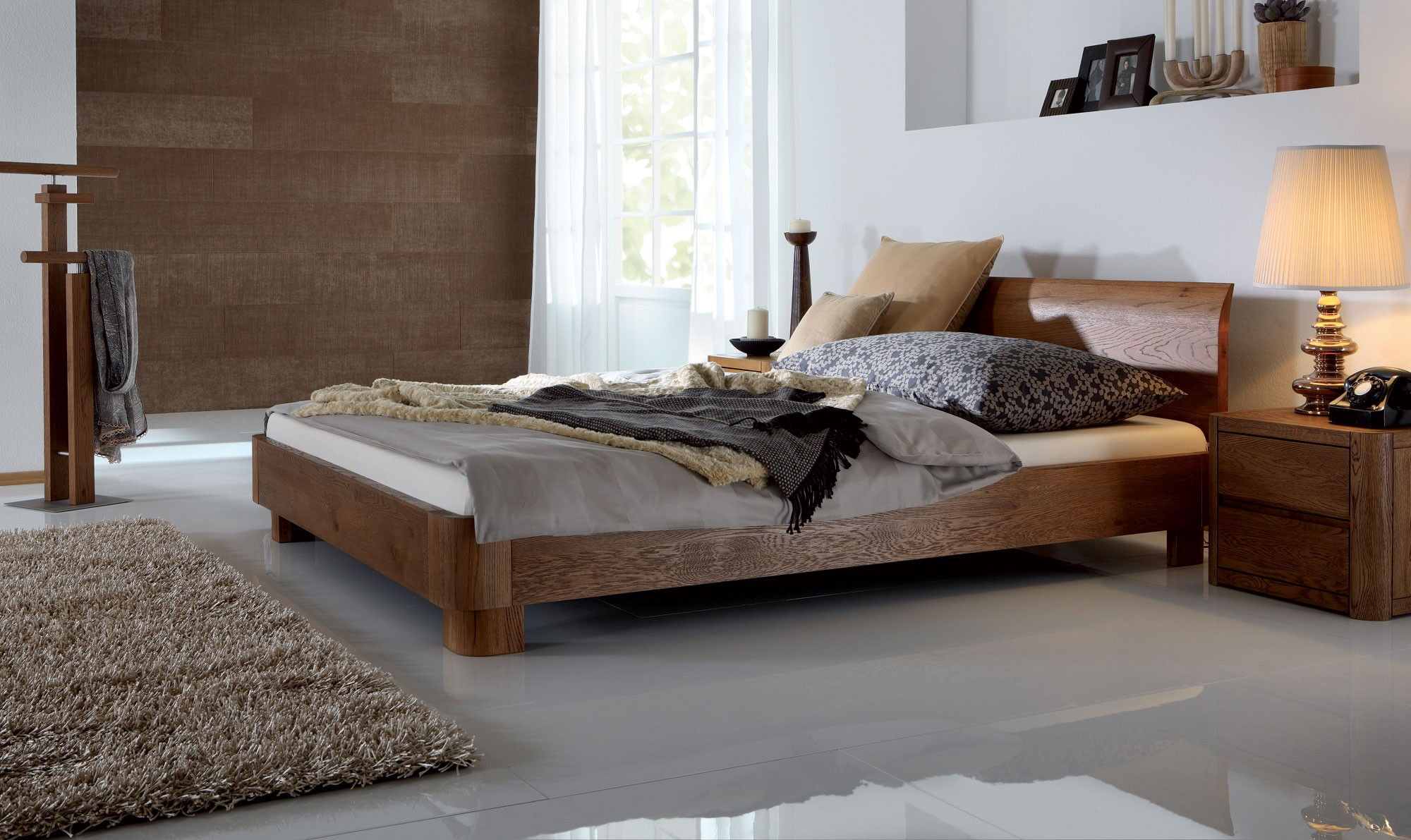 Кровать из массива бука в спальне