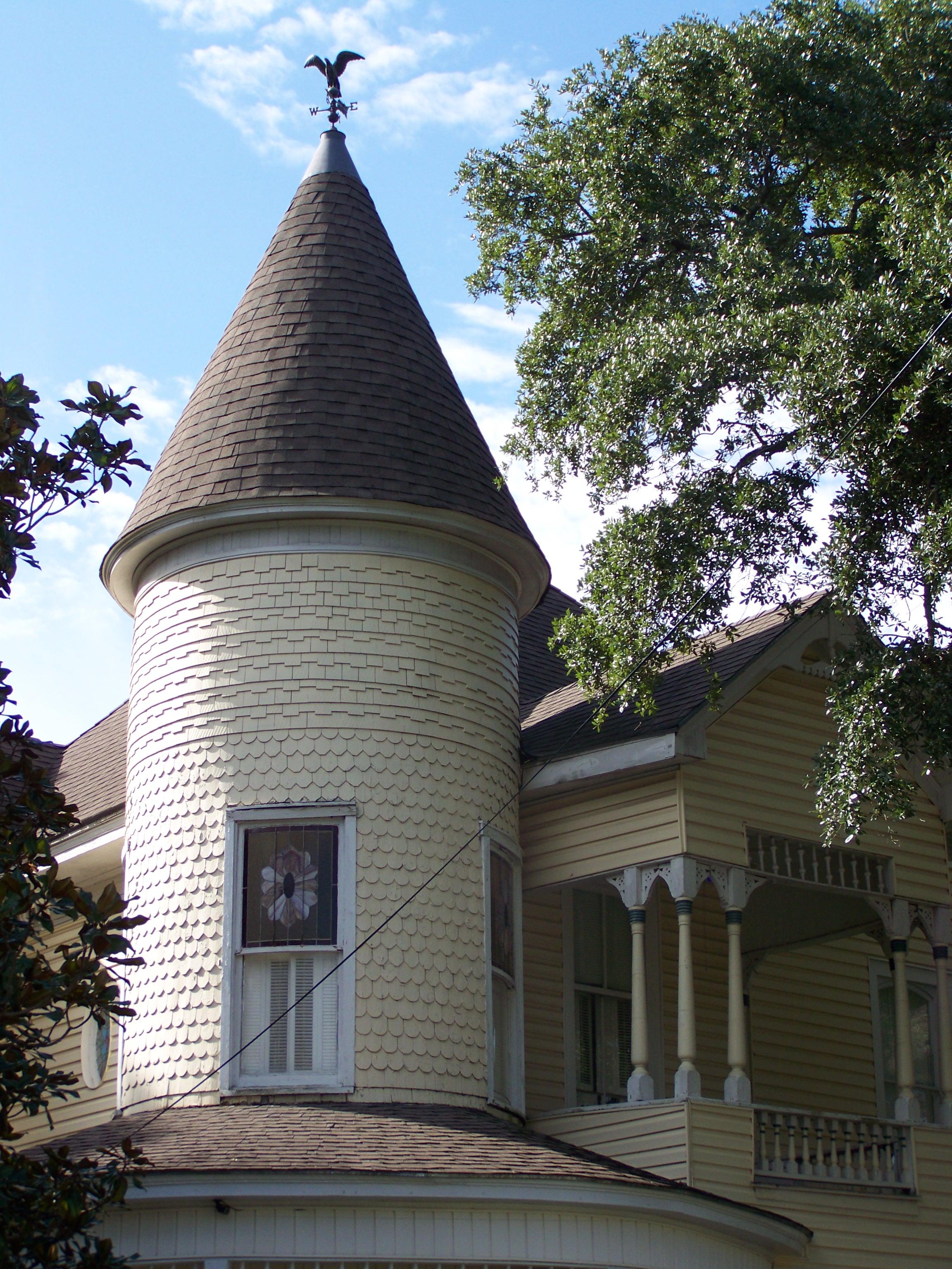 Флюгер на крыше частного дома
