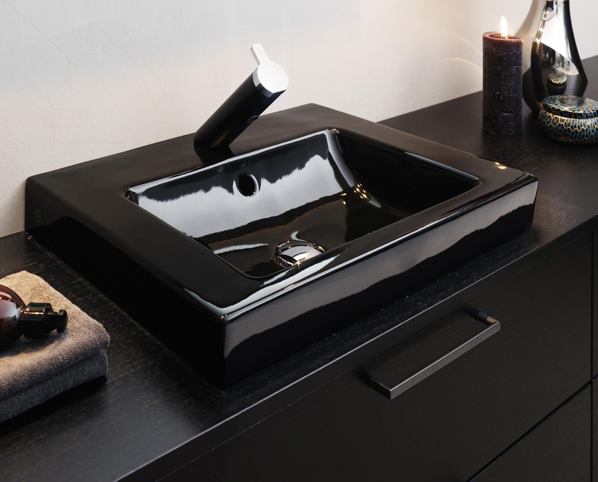 Черный смеситель на бортике раковины