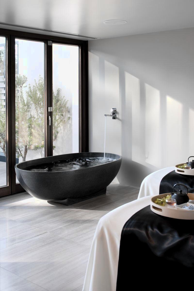 Отдельно стоящая черная ванна