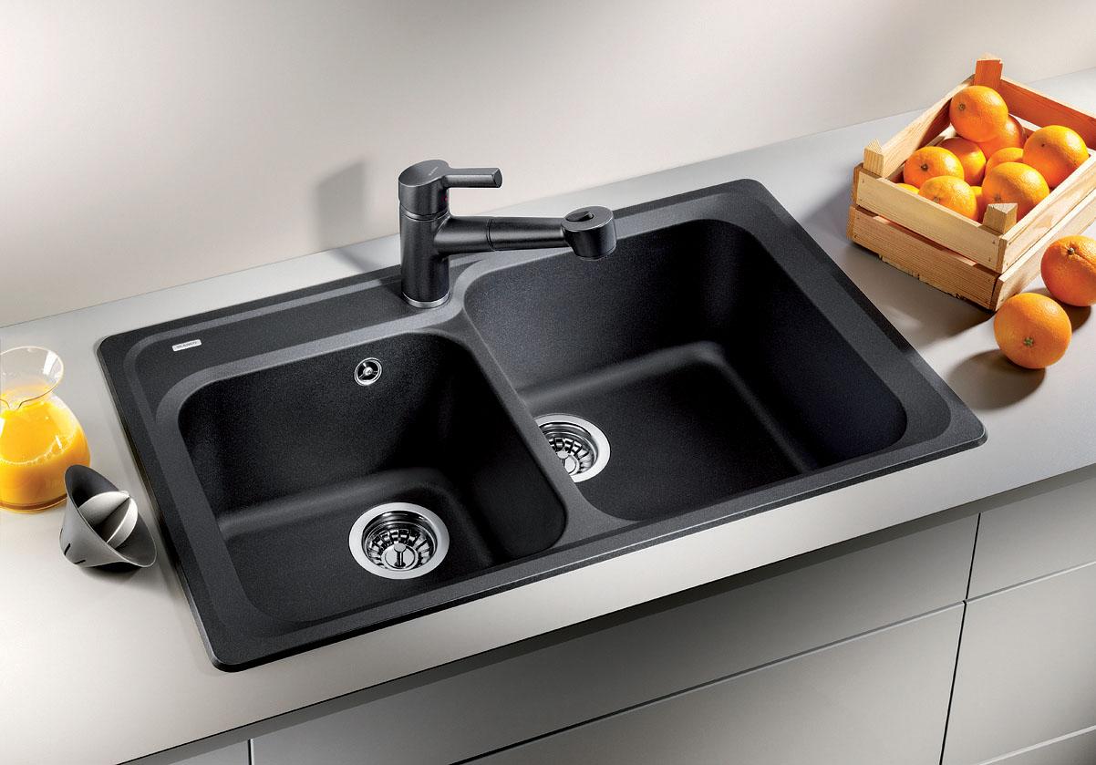 Черная двойная раковина на кухне