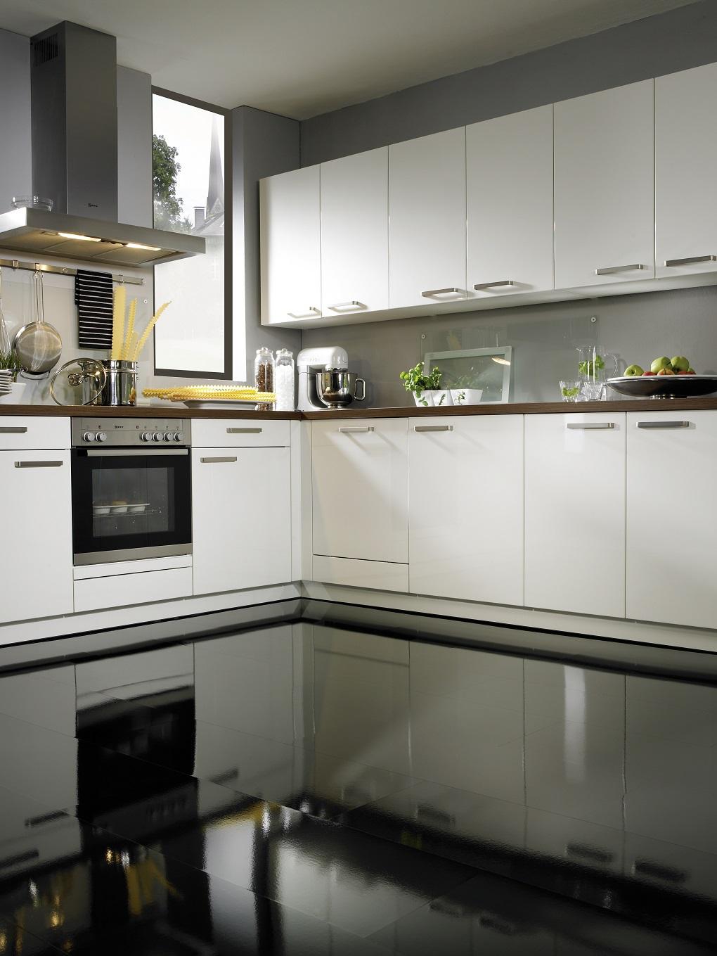 Глянцевый пол черного цвета на кухне