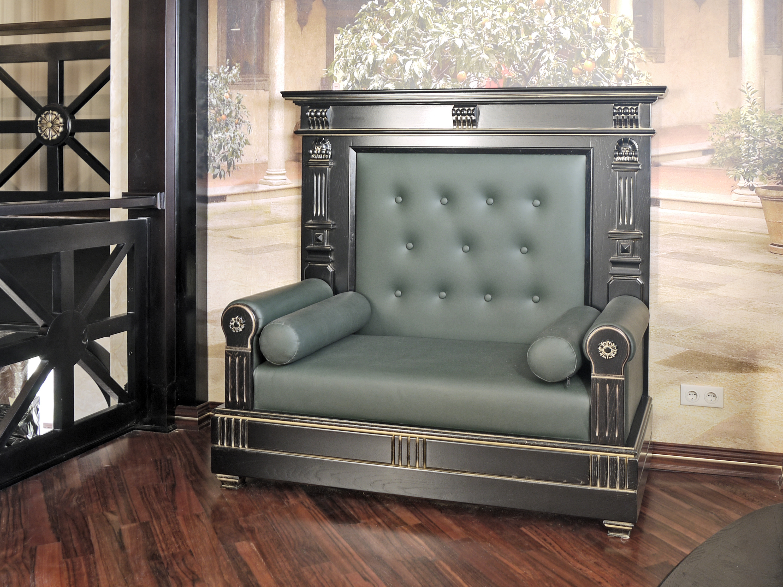 Резной диван из массива дерева
