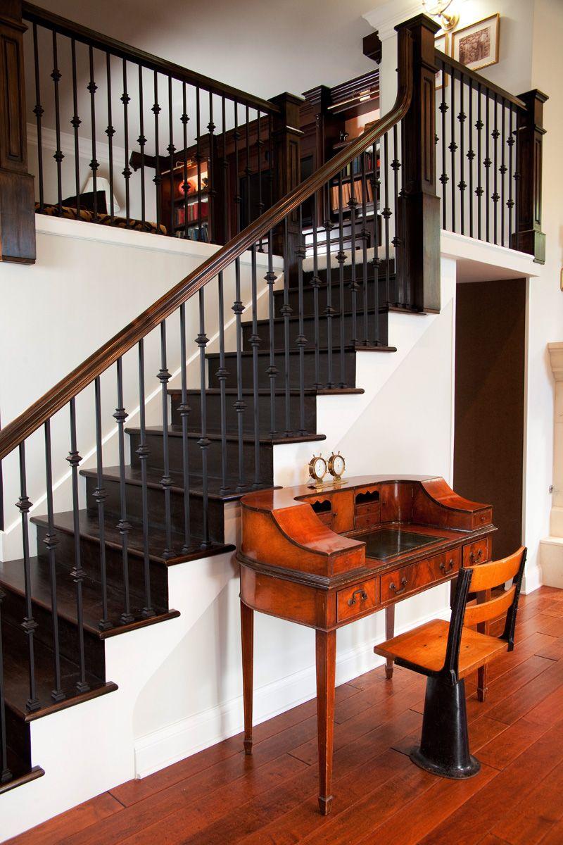 Металлические перила на лестнице в классическом интерьере
