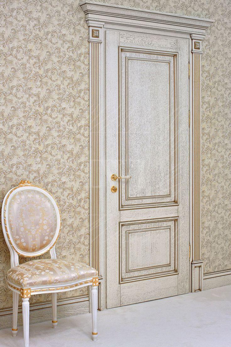 Отреставрированная классическая дверь в интерьере