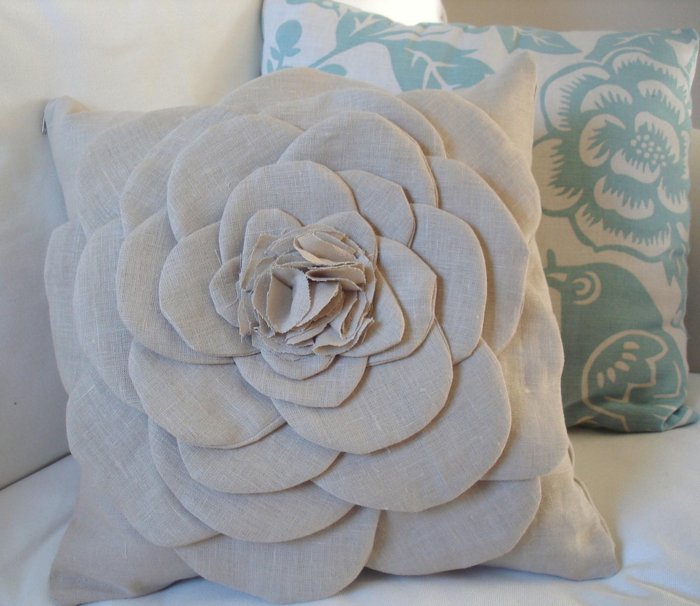 Декоративный цветок на подушке